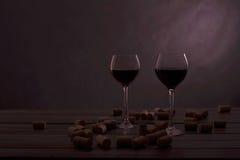 Zwei Gläser Wein auf einer Tabelle mit Störung Lizenzfreies Stockbild