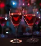 Zwei Gläser Wein mit Liebe. Unscharfe Stadt-Leuchten lizenzfreie abbildung