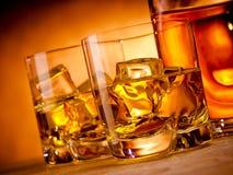 Zwei Whiskys und eine Flasche Stockfotos