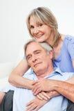 Zwei glückliche Ältere, die jedes umfassen stockfotos