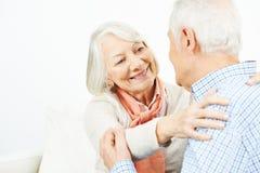 Zwei glückliche ältere Leute in der Liebe Lizenzfreie Stockfotos