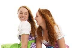 Zwei glückliche bayerische gekleidete Frauen, die jedes O betrachten Stockbild