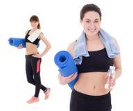 Zwei glückliche dünne Frauen mit Yogamatten, -tüchern und -flaschen Wasser Lizenzfreies Stockfoto