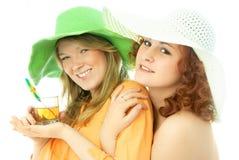 Zwei glückliche Freunde auf Ferien lizenzfreie stockfotos