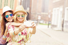 Zwei glückliche Freundinnen, die selfie nehmen Lizenzfreie Stockbilder