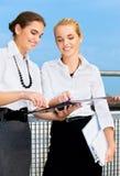 Zwei glückliche Geschäftsfrauen mit Dokumenten Stockbilder