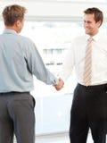 Zwei glückliche Geschäftsmänner, die ein Abkommen schließen Lizenzfreies Stockfoto