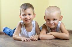 Zwei glückliche Jungen Lizenzfreies Stockfoto