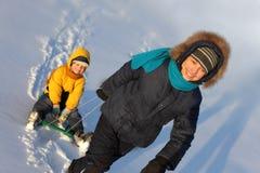 Zwei glückliche Jungen auf Schlitten Lizenzfreies Stockfoto