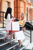 Zwei glückliche Käufer auf den Jobstepps Lizenzfreie Stockbilder