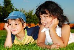 Zwei glückliche Kinder auf Wiese stockfoto
