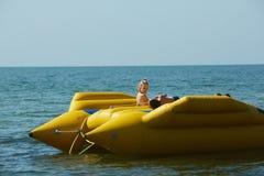 Zwei glückliche Kinder, die auf dem Boot am Sommertag spielen Stockfoto