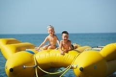 Zwei glückliche Kinder, die auf dem Boot am Sommertag spielen Lizenzfreie Stockbilder