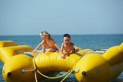 Zwei glückliche Kinder, die auf dem Boot am Sommertag spielen Lizenzfreies Stockbild