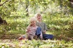 Zwei glückliche Kinder, die draußen im Wald lachen stockfoto