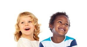 Zwei glückliche Kinder, die oben schauen Stockfotos