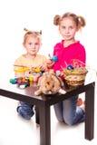 Zwei glückliche Kinder, die Ostereier malen. Fröhliche Ostern Lizenzfreie Stockbilder