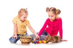 Zwei glückliche Kinder mit Osterhasen und Eiern. Fröhliche Ostern Lizenzfreies Stockbild