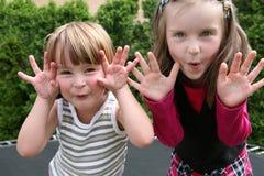Zwei glückliche kleine Mädchen. Lizenzfreies Stockfoto