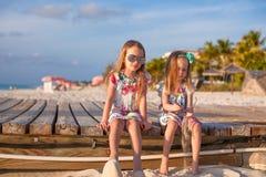 Zwei glückliche kleine Mädchen genießen Ferien auf Weiß Lizenzfreies Stockfoto