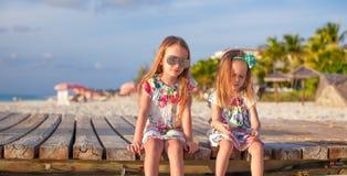Zwei glückliche kleine Mädchen genießen Ferien auf Weiß Lizenzfreies Stockbild