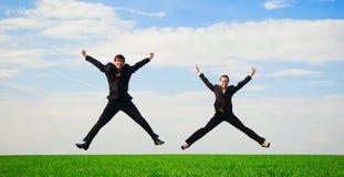 Zwei glückliche Kollegen im Sprung lizenzfreie stockfotos