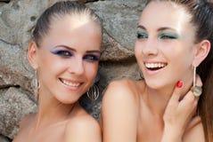 Zwei glückliche lachende Art und Weisebaumuster der jungen Frauen Stockfoto