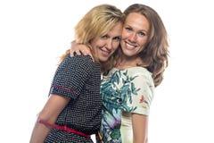 Zwei glückliche lachende blonde Schwestern Lizenzfreie Stockbilder
