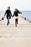 Zwei glückliche laufende Mädchen Lizenzfreie Stockbilder