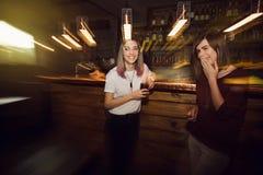Zwei glückliche Mädchen haben Spaß in der Stange stockbilder