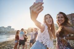 Zwei glückliche männliche Freunde, die selfie auf Strand nehmen Stockfotos