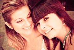 Zwei glückliche Schwestern Lizenzfreie Stockfotos