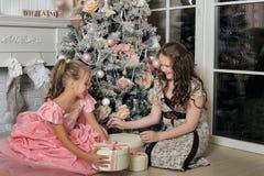 Zwei glückliche Schwestern am Weihnachten Stockbild