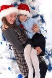 Zwei glückliche Schwestern am Weihnachten Stockfotografie