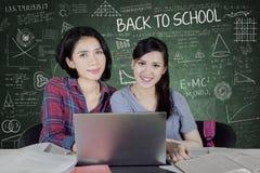 Zwei glückliche Studenten, die zusammen studieren Stockbilder