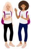 Zwei glückliche Studentinnen, kaukasisches Mädchen mit Büchern und Afroamerikaner mit einem Smartphone stock abbildung