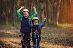 Zwei glückliche tapfere entzückende Brüder, Doppelporträt, betrachtend Lizenzfreie Stockbilder