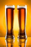 Zwei Glas Bier Lizenzfreie Stockfotos