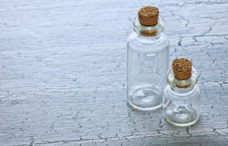 Zwei Glasphiolen lizenzfreie stockbilder