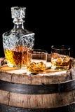 Zwei glassed von gealtertem Weinbrand oder von Whisky auf den Felsen Lizenzfreies Stockfoto