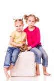 Zwei glückliche Kinder mit Osterhasen und Eiern. Fröhliche Ostern Lizenzfreie Stockbilder