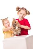 Zwei glückliche Kinder mit Osterhasen und Eiern. Fröhliche Ostern Lizenzfreies Stockfoto
