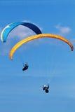 Zwei Gleitschirme, die über Berge am Sommertag fliegen Stockfotografie