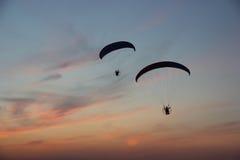 Zwei Gleitschirme im drastischen Himmel Lizenzfreie Stockfotografie