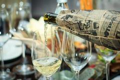 Zwei Gläser der Prozess des Gießens des Weins Blindprobe Lizenzfreies Stockbild