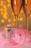 Zwei Gläser des Champagners und des Geschenks Stockbild