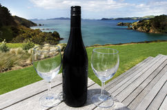 Zwei Gläser mit einer Flasche Rotwein Lizenzfreies Stockbild