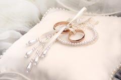 Zwei goldene Eheringe auf Seide Stockfoto