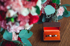 Zwei goldene Eheringe in einem orange Kasten Stockfotos