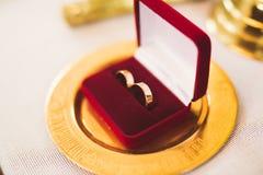 Zwei goldene Eheringe lokalisierten Hintergrundkonzept lizenzfreies stockfoto